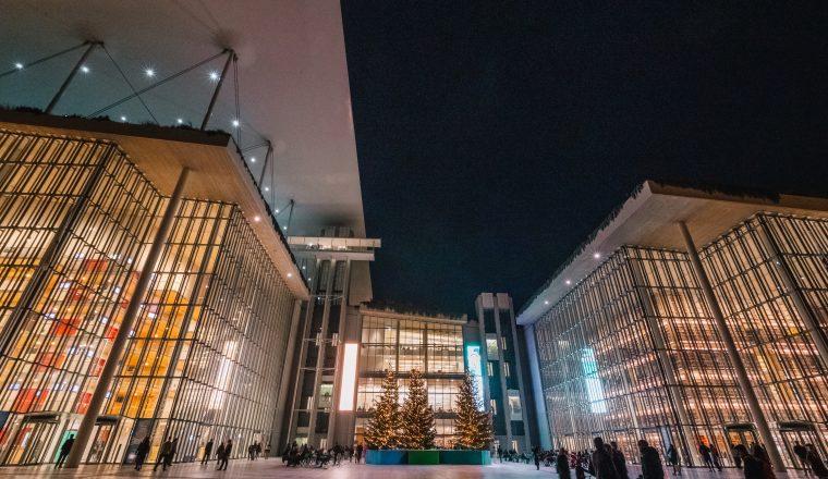 Τα κτίρια της Εθνικής Λυρικής Σκηνής και της Εθνικής Βιβλιοθήκης της Ελλάδος με θέα στην Αγορά (credits: ΙΣΝ/Νίκος Καρανικόλας)